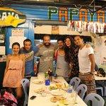 Наша компания с владельцем ресторана (он же повар) в наш последний день пребывания на острове :)