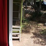 vue de la chambre des 'enfants' de notre bungalow, bonjour les voisins