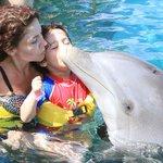 Mi hijito dando un besito al delfin