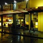Hotel von aussen bei Regen