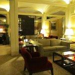 Interior del hotel zona lectura y descanso