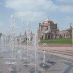 Les jets d'eau devant le palais