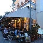Bares e restaurantes com charmosas fachadas e deliciosas comidas típicas em Plaka
