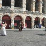 Em frente a Arena de Verona