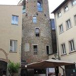 Frente do hotel com a torre medieval que foi presídio de mulheres