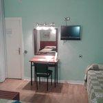 escritorio, tv y cama auxiliar