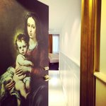 La puerta de nuestra habitación con una pintura de Murillo un pintor Español.