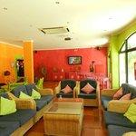 Área comum com bar, sofás, sinuca e tv....
