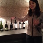 Funcionaria responsável pela apresentação e degustação dos vinhos.