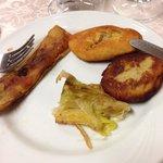 Polpetta di patata, polpetta di melenzana e porri fritti