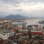 ナポリ港とベェスビィオ山