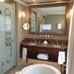 חדר האמבטיה המואר (טבעי) והמפנק