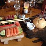 Vorspeise: Bauernbrot  und Sashimi