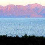 Розовые горы на закате. Вид на залив из ресторана Мирабелло