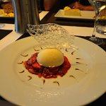 Carpaccio de fraises et tomates raffraichit à la menthe, parfait glacé à la vanille