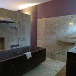 La salle de bain est à l'entrée de la chambre et entièrement ouverte