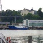 Blick vom Hafen zum Hotel