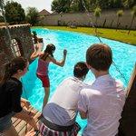 Abkühlung finden Hotelgäste an heißen Tagen im Pool des Landhotels Beverland