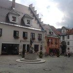 столики на улице выходят на маленькую живописную площадь
