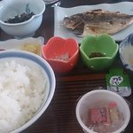 和朝食864円、焼き魚は3種類から選べます。