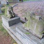 Facing elephant statues