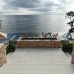 vue depuis l'entrée/salle de restaurant sur piscine et mer derrière