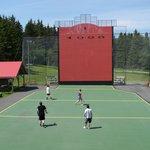 Jouer à la Pelote Basque, Parc de l'Aventure Basque en Amérique