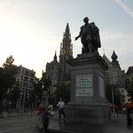 Памятник Рубенсу на фоне Нотр - Дам де Антверп
