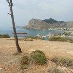 Vista dalla collina su una spiaggetta molto bella...da vedere !!! A 10 minuti a piedi dall'hotel