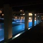 Scorcio notturno della piscina