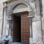 Входная дверь в собор