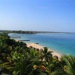 la playa vista desde una terraza del hotel