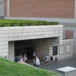 Вход боковой( не центральный) в музей