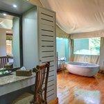 Deluxe Tented Suite en-suite bathroom