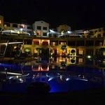 Nocny widok basenu i pokoi hotelowych