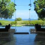 Blick von dem Foyer vor den Restaurants auf das Meer
