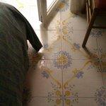 Плиточный пол в номере