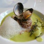 Tartare de veau juste snacké, concombre tzatziki, coque de la Manche