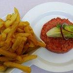 Tartare de Boeuf cru taille Au couteau, pommes frites.  22 EU. Hand cut and lovely.