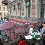 Столик на террасе ресторана с видом на Невский проспект