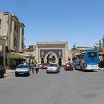 門の近辺には、観光客向けのレストランやカフェがたくさんありました。