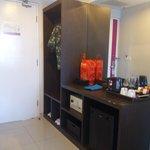 Kelengkapan deposit box, kulkas, free minibar, mineral water