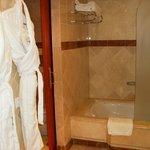 La salle de bain (douche et baignoire)