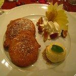 Nachspeise: eine großzügige Portion Apfelküchle mit Vanilleeis und Sahne