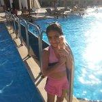 مريم على حمام السباحة