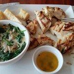 Excelente frango com molho de espinafre e mandioca (camana) frita.