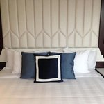 lovely crisp bedlinen, lots of pillows