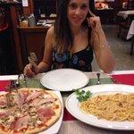 Pizza Prosciuto + cebolla + champiñones y espaguetti carbonara. Riquísimo!!!