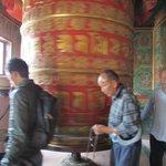 Tibetani girano la ruota delle preghiere