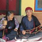 tibetani in preghieraa